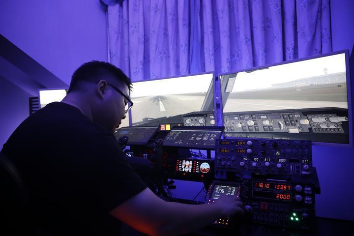 """杭州一程序员疫情期间搭了一个""""波音737驾驶舱"""""""