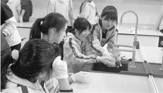 杭州育才中学换课表,以为学生坐不住,结果赶不走 每节100分钟的大课,你怎么看