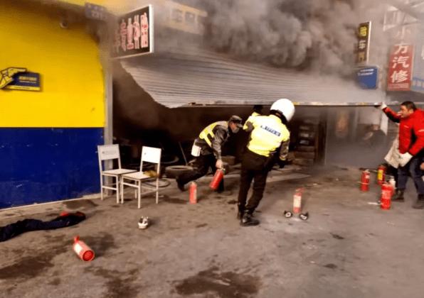 """杭州一商铺突然起火!烟幕中 这两人的姿势""""红""""了"""
