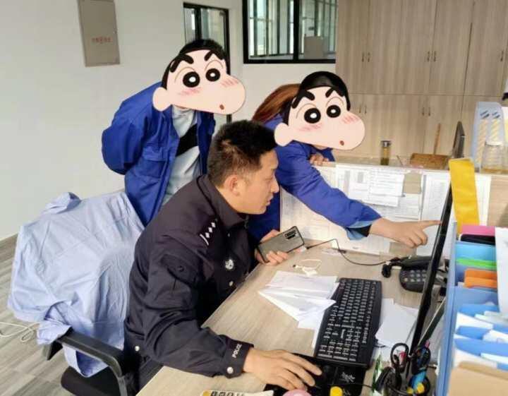 民警正在查看QQ群聊天记录。建德市公安局供图