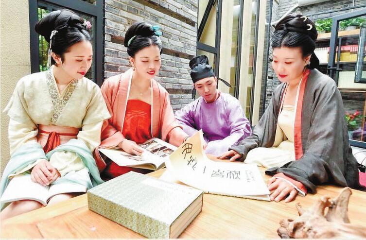 """杭州考古人拗着古装造型办""""读书会"""" 让传统与现代擦出火花"""