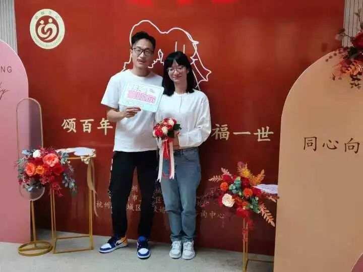 提前一个月抢号!今早杭州婚姻登记处人气爆棚 新人笑得甜
