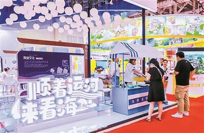 海峡旅游博览会上,宁波展位吸引观众驻足。(廖惠兰 摄)