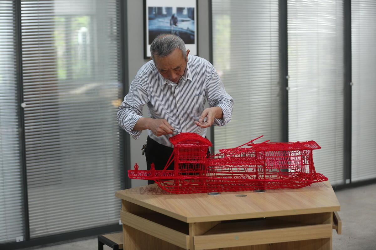 他按1:16的比例将嘉兴南湖上的红船复刻成了矾塑作品