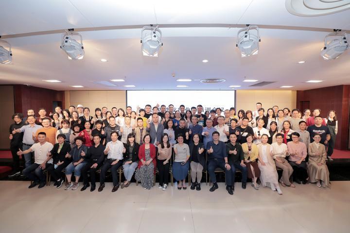 9月25日,86家民营书店老板在会后合影留念。