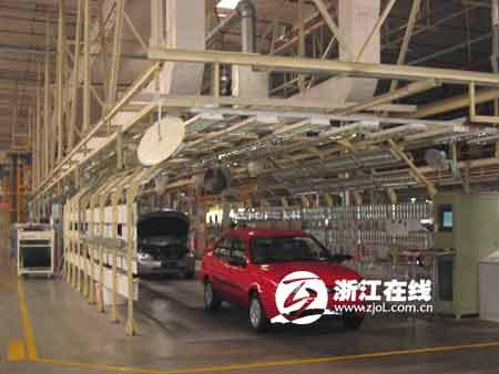 上行采访团参观长安福特生产基地高清图片