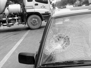上丢下一块西瓜皮,将车前风挡玻璃砸碎.记者赶到现场时,桑塔高清图片