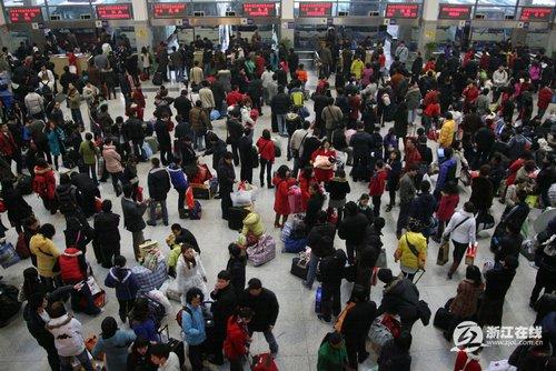 汽车客运送走大年三十客 -杭州汽车客运站送走大年三十客高清图片