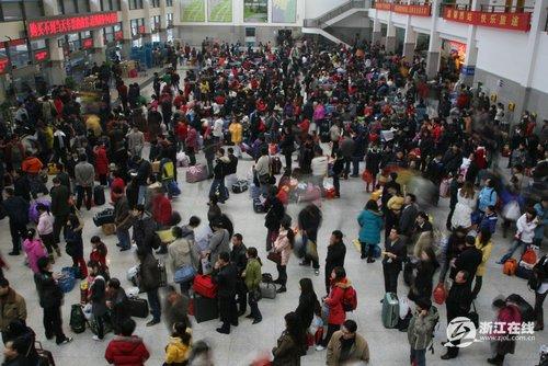 杭州汽车客运站送走大年三十客高清图片
