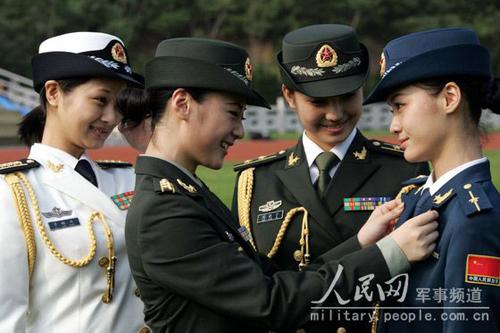 军官在交流07式军服的穿着体会.-中国女兵新军装 威武之中有秀美图片