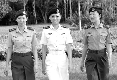 身着夏常服的陆海空女军官飒爽英姿苗文宽摄-中国新军装折射人性化图片