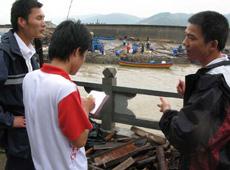 本网记者一线采访灾区灾后自救