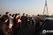走遍长三角采访组考察跨海大桥