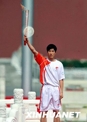 3月31日,刘翔在仪式上手持火炬展示.当日,北京2008年奥运会圣火图片