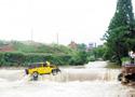 吉普浦江坠入溪中