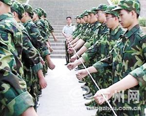 高校军训服装几成 一次性用品 何不加以循环利用