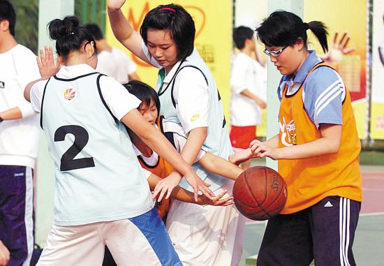 篮球场上女生不是只能当宝贝的图片