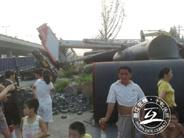 24日下午 杭州粮油市场门口吊车侧翻压伤两人