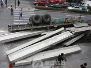杭州闹市路口满载水泥板半挂车侧翻 早高峰延长半小时