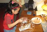 【摄影】小朋友在中华老字号展玩石雕