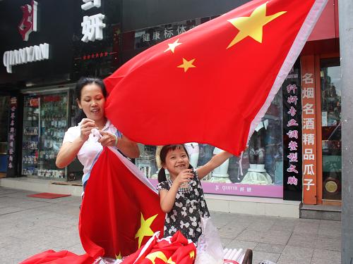 【摄影】全家总动员 百面红旗迎国庆