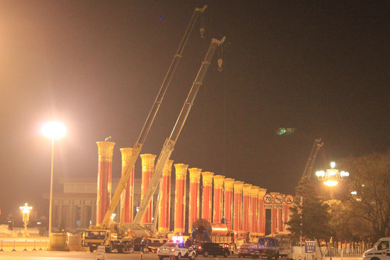 56根民族团结柱2日晚撤出天安门广场(组图)