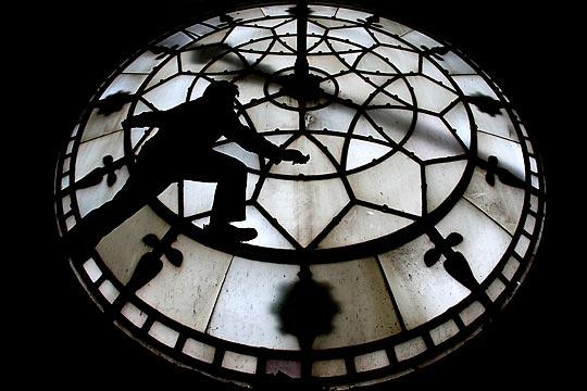 英国曼彻斯特大钟开始维护工作 -图片新闻