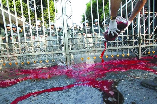 污血满天飞!泰国红衫军血洗总理府!