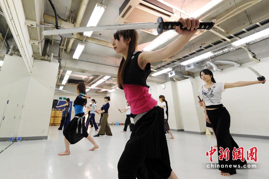 日本白领女性学习武士刀减压