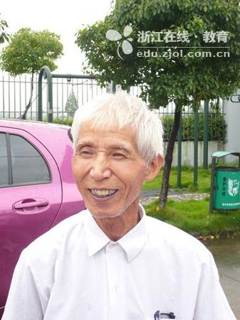 照片上这位慈祥的白发老人就是我们今天采访的对象海宁市丁桥镇海潮