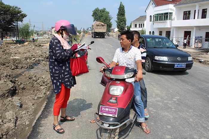 村干部抓紧一切机会,向对村民进行政策宣传,并记录下村民的诉求。