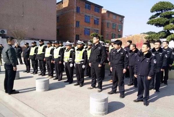 新年伊始,由佛堂镇副镇长龚旭伟带队,城管、执法、交警对镇区主要道路开展联合执法、联合整治。