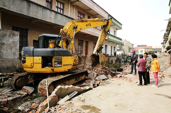 依法协助拆除违章建筑。