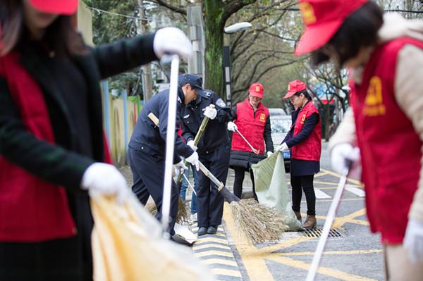 白泉镇志愿者参加小城镇综合整治志愿活动。