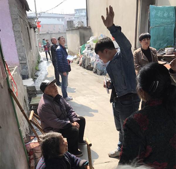 一边磨破嘴皮,一边比手画脚,双浦小城镇环境综合整治工作组成员上门为村里老人宣传小城镇整治工作。铁军精神既有百折不挠的一面,更有温情体贴的一面。