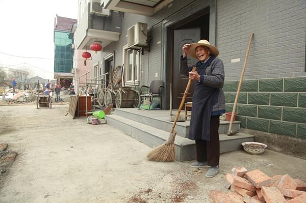 陈云姑老太今年93岁了,这次老街整治,她也自发清扫起家门口街面,盼着整治后周边远近来百姓都来街上闹猛闹猛。