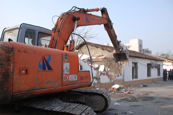 过渡房拆除现场。