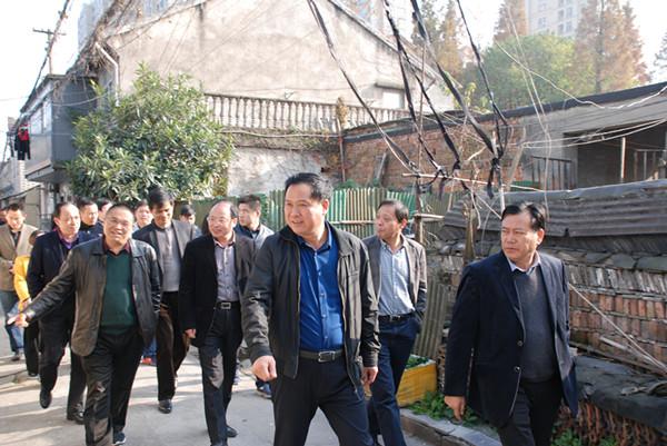 西兴街道班子领导带队实地踏勘集镇区块,研讨小城镇环境综合整治工作。