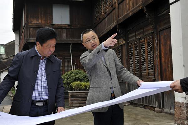 仓前街道党工委书记王东(右)在仓前老街和村干部一起探讨更好地对接梦想小镇建设。