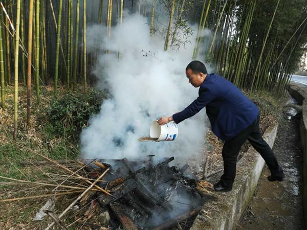 在组团联村下村过程中,村指导员在路边发现有人焚烧枯木、枯竹等垃圾,第一时间对火堆进行了扑灭。