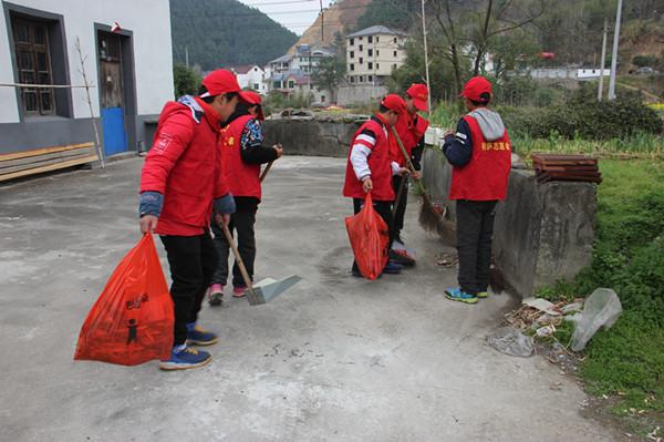 3月15日,青年志愿者义务行动。