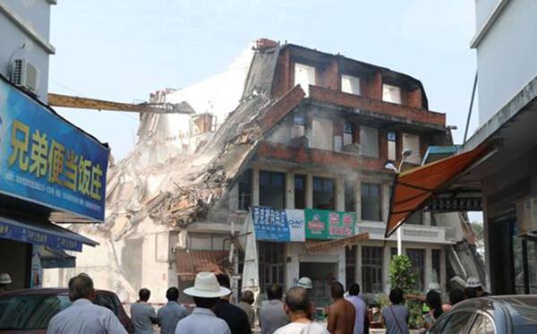 拆掉10间房打通一条路,位于萧江镇长宁路通往104国道 Y 字口位置上的最后10间房屋被拆除,涉及拆除面积2300平方米。