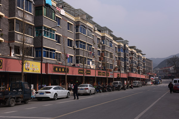 集镇街面改造后。