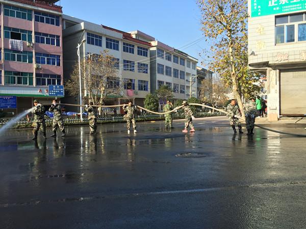 镇干部参加环境卫生整治。