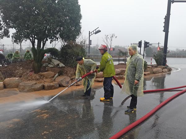 党员干部冒雨打扫卫生。