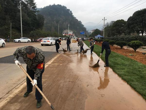 3月4日,桃溪镇党员干部共100余人放弃周末休息时间,共同清理上松线两路两侧垃圾6.2吨,清洗路面1.5公里。。