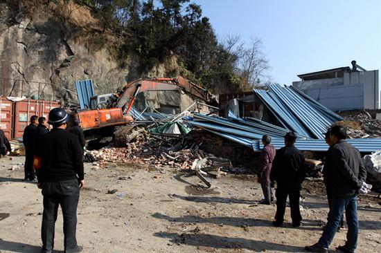 拆除104国道新南岙村段一处靠山的违法建筑。