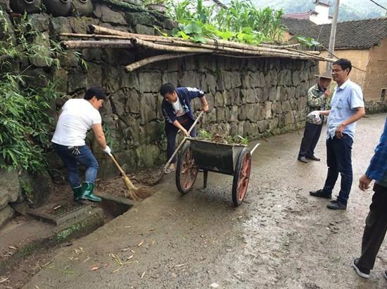 嵊州市竹溪乡村庄环境整治进行时 。