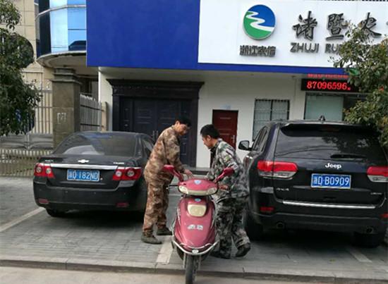 组织联防队员,社会力量参与集镇管理。