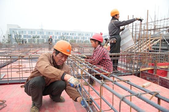 店口镇益友机械科技项目施工现场,陕西籍施工员汪成玉夫妇抓紧施工。